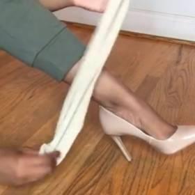 Nowa moda! Dziewczyny zakładają skarpetki na buty!