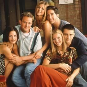 """Czołówka serialu """"Przyjaciele"""" miała wyglądać zupełnie inaczej! Zobacz pierwszą wersję [WIDEO]"""