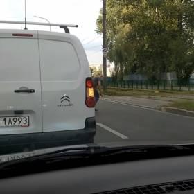 Zatrzymał ruch, by zrobić coś niewiarygodnego! Kierowca z Krakowa został bohaterem internetu!