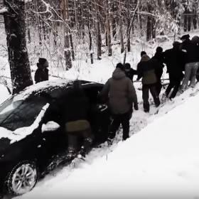 Oto przykład prawdziwej męskiej solidarności! Wwspólnymi siłami wyciągnęli samochód z rowu!
