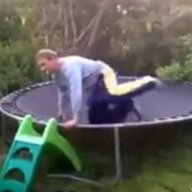 Tata chce pokazać, jak się skacze na trampolinie. Efekt jest odwrotny!