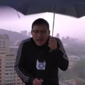 Piorun poraził reportera prezentującego pogodę! Jego reakcja była bezcenna