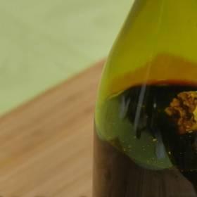 Korek od wina wpadł Ci do butelki? Zobacz ten sposób, żeby go wyciągnąć!