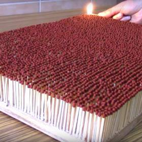 Ogniste domino z 6 tysięcy zapałek