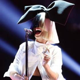 Sia pokazała twarz! Bez peruki i makijażu prezentuje się pięknie