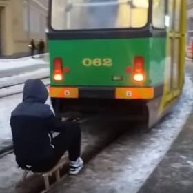 Zrobił sobie kulig za tramwajem! Mężczyznę szuka policja!