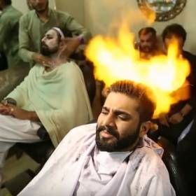Ten fryzjer strzyże włosy ogniem!
