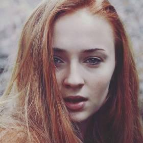 """Sansa z """"Gry o Tron"""" zaręczona. Jej wybrankiem jest znany muzyk!"""