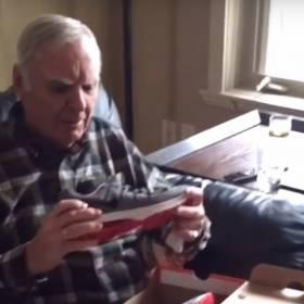 Ten dziadek dostał świecące buty i jego reakcja na prezent jest bezcenna!