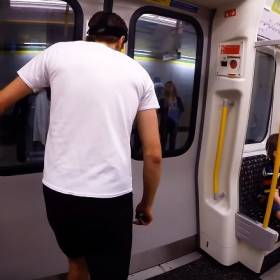 Ten mężczyzna ścigał się z metrem! Wygrał!
