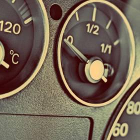 Zapaliła się kontrolka rezerwy? Sprawdź, ile kilometrów jeszcze możesz przejechać!