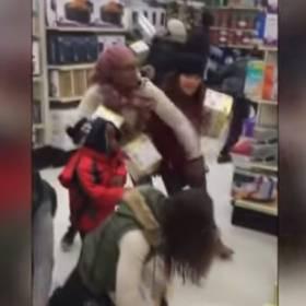 Tratowanie ludzi, bójki w sklepach, wyścigi - NAJMOCNIEJSZE sceny z Black Friday 2016. To normalne?