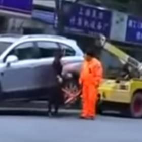 Chcą odholować jej auto. Gdy zobaczysz, co zrobiła, padniesz ze śmiechu!