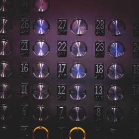 Dlaczego w windach są lustra? Powód Cię zaskoczy!