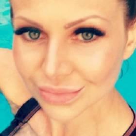Narzeczona Krzysztofa Rutkowskiego wyleguje się w bikini na brzegu basenu!