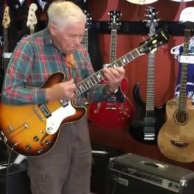 Niepozorny dziadek w sklepie muzycznym…