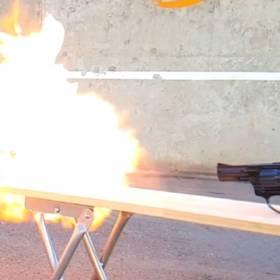 Co stanie się, kiedy strzelimy do zapalniczki, albo puszki z WD-40?