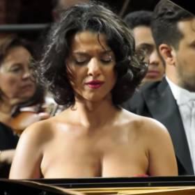Pianistka z wielkim... talentem! Przepiękny koncert fortepianowy Schumanna: a-moll op. 54