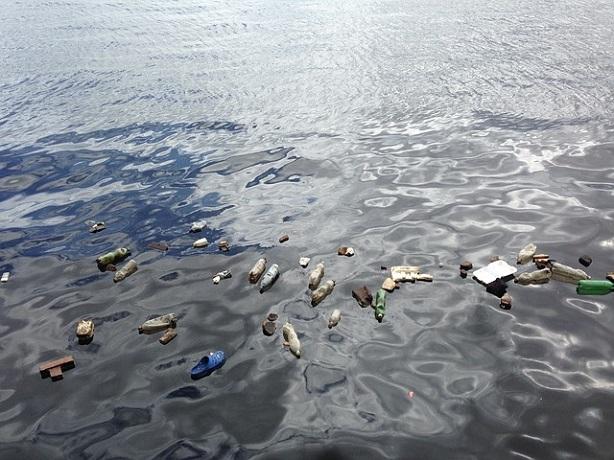 Koniec z plastikowymi kubkami, sztućcami i patyczkami do uszu. UE wprowadza zakaz