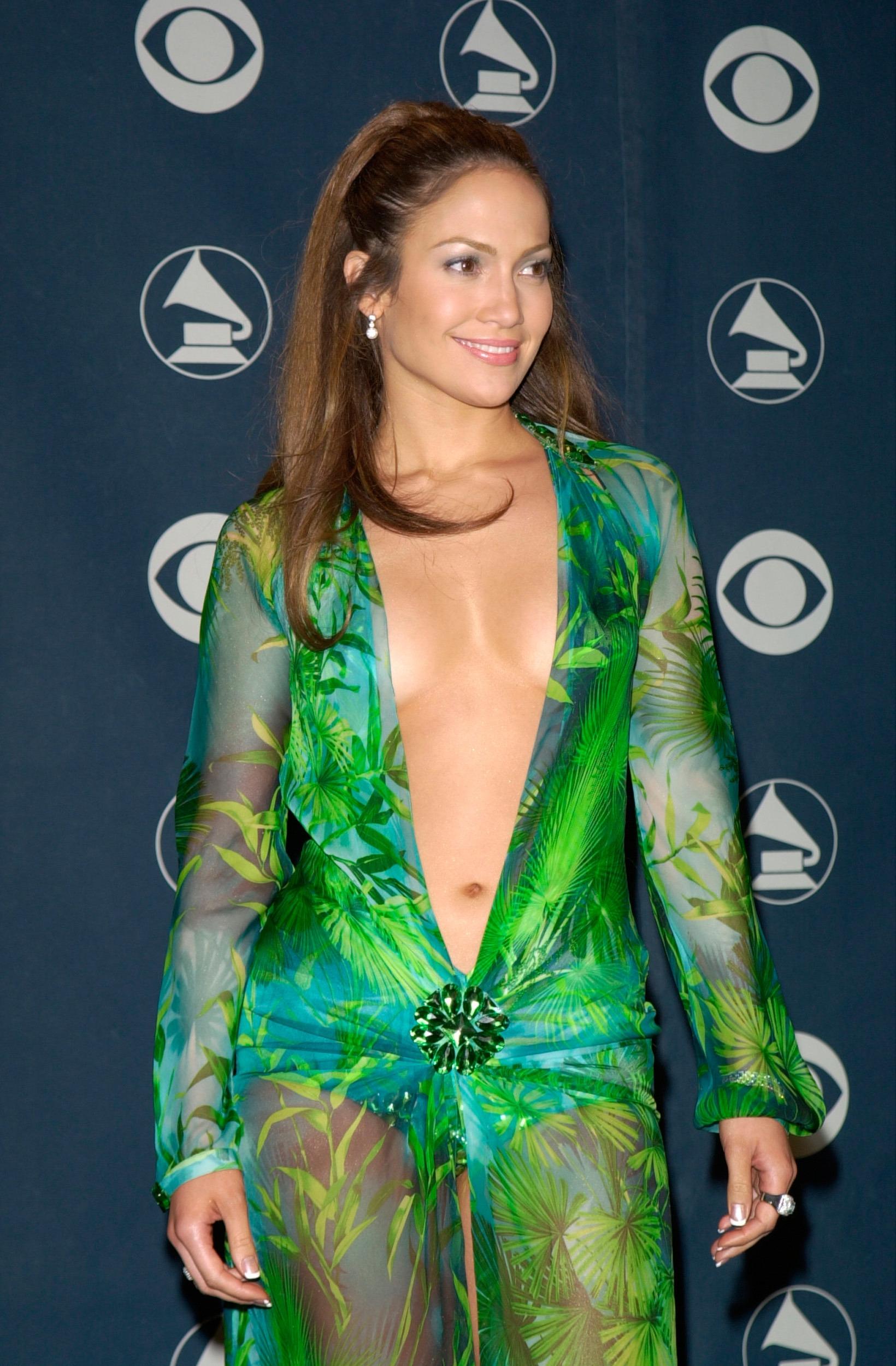 Jennifer Lopez po 19 latach w tej samej kreacji! Piosenkarka przeszła po wybiegu na pokazie mody Vesace!