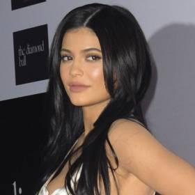 Kylie Jenner w stroju kąpielowym ze swojej nowej kolekcji. Na wideo odważnie pręży i wygina ciało