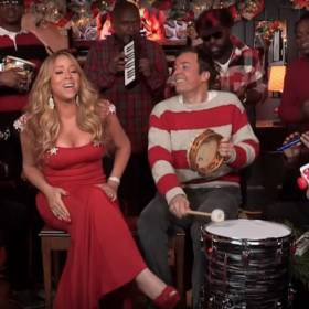 """All I Want For Christmas Is You"" – Mariah Carey, Jimmy Fallon, The Roots i szkolne instrumenty"