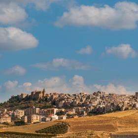 Włoskie miasteczko sprzedaje domy za bezcen! Wystarczy 2 euro, by kupić nieruchomość na Sycylii