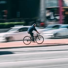 Policjanci szykują mandaty za przekroczenie prędkości na rowerze. Rowerzyści strzeżcie się!
