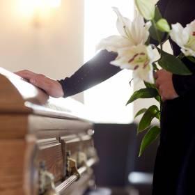 Osoba zarażona koronawirusem brała udział w pogrzebie Zofii Karpiel-Bułecki. Sanepid poszukuje żałobników