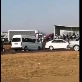 Ciężarówka z piwem przewróciła się na autostradzie. Ludzie rozkradli cały towar [WIDEO]