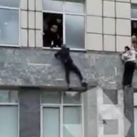 Strzelanina na uczelni. Studenci w popłochu wyskakiwali z budynku [WIDEO]