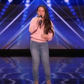 """Niesamowity występ w """"Mam Talent"""". 10-latka wykonała utwór """"Shallow"""" i wybuchnęła płaczem na scenie"""
