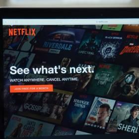 """Netflix na czerwiec. Kolejne sezony """"Dark"""" i """"Trzynaście powodów"""". Premiera polskiego serialu """"W głębi lasu"""""""