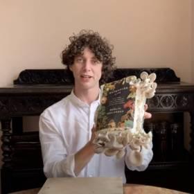 Napisał książkę o grzybach, wyhodował je na niej... a potem usmażył i zjadł [WIDEO]