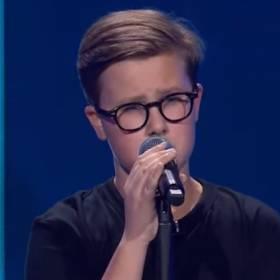 """""""The Voice Kids"""". Trzynastolatek oczarował jurorów! Jego wykonanie hitu """"Hello"""" podbija Internet! [WIDEO]"""