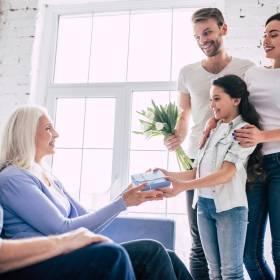 Prezenty dla dziadków z okazji ich święta. Zainspiruj się propozycjami na Dzień Babci i Dziadka 2020