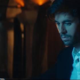 Enrique Iglesias feat. Bad Bunny – EL BAÑO. Zobacz gorący teledysk!