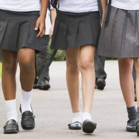 Zakazano noszenia krótkich spodenek. Chłopcy przyszli na lekcje w spódnicach