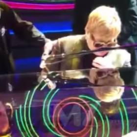 Elton John uderzony w twarz na koncercie [WIDEO]