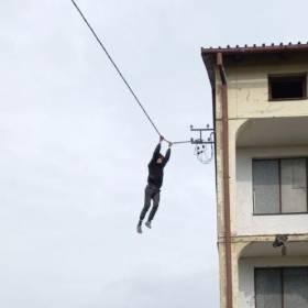 16-latek zwisał kilka metrów nad ziemią! Brawurowa próba ucieczki przed policją