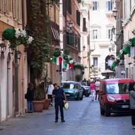 Włosi wyrzucali maseczki na ulice. Władze Rzymu wprowadziły surowe kary