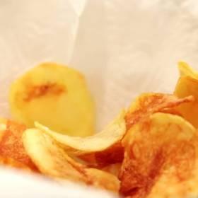 Domowe czipsy z ziemniaków. Jak je zrobić? Przygotowanie chrupiącej przekąski trwa kilkanaście minut!