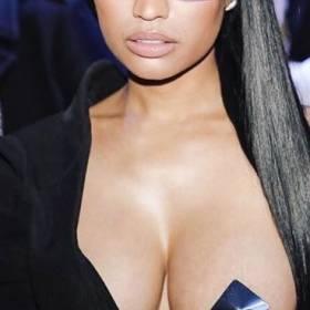 Internauci cisną bekę z nagiej piersi Nicki Minaj. Jest z czego się śmiać?