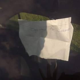 """Kaniów. Leżące w rowie auto miało za szybą kartkę """"Ogarnę to wieczorem"""""""