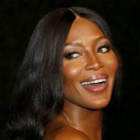 Zmysłowa sesja Naomi Campbell. Modelka pozuje półnaga! Nie uwierzycie, ile ma lat! [ZDJĘCIA]