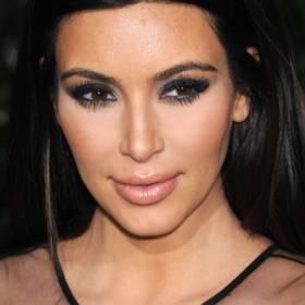 Kim Kardashian pozuje niczym wisienka na torcie! Kadry w bikini trafiły do sieci