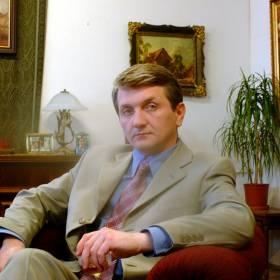 """Janusz Tracz z serialu """"Plebania"""" powraca w nowej roli. Jak wygląda dziś Dariusz Kowalski? """"Wciąż biznesmeński błysk w oku ma"""""""