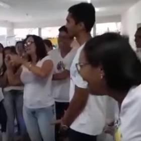 """Hardkorowa lekcja """"edukacji seksualnej"""". Nauczycielka pokazuje jak założyć prezerwatywę ustami..."""