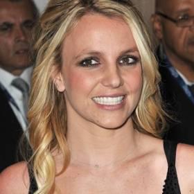 Britney Spears w skąpym stroju wygina się na plaży! Gorące zdjęcie piosenkarki trafiło do sieci
