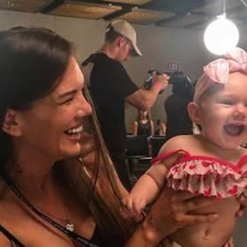 Miami Swim Week: Jedna z modelek na pokazie karmiła piersią swoją córeczkę [WIDEO]
